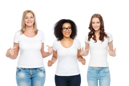 Freundschaft, vielfältig, Körper positiv und Menschen Konzept - Gruppe von glücklichen unterschiedlicher Größe Frauen in weißen T-Shirts Finger auf sich selbst zeigen