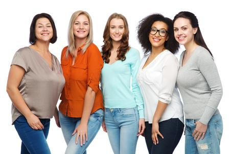 amizade, moda, corpo positivo, diversificado e conceito de pessoas - grupo de mulheres felizes de tamanho diferente em roupas casuais