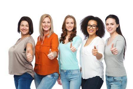友情、ファッション、ボディ肯定的なジェスチャーおよび人々 コンセプト - 親指を現してのカジュアルな服で幸せの異なるサイズの女性のグループ