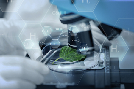 wetenschap, chemie, biologie en mensen concept - close-up van wetenschapper hand met microscoop en groen blad maken van onderzoek in klinisch laboratorium dan waterstof chemische formule