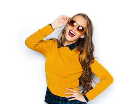 사람, 스타일과 패션 개념 - 캐주얼 옷에 행복 젊은 여자 또는 사춘기 소녀와 선글라스 재미