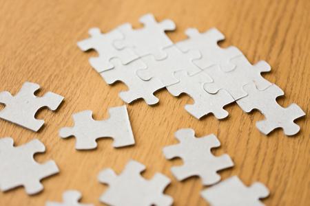 Concepto de negocio y la conexión - primer plano de las piezas del rompecabezas en superficie de madera Foto de archivo - 61743513