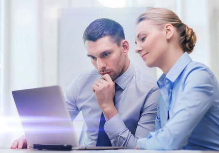 tecnología informatica: negocios, la tecnología y el concepto de oficina - hombre de negocios seus y de negocios con ordenador portátil en la oficina Foto de archivo