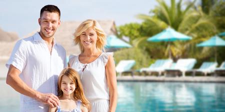 家族: 夏の休日、旅行、観光、休暇、人々 コンセプト - ホテル リゾート プールと太陽ベッド背景上幸せな家族
