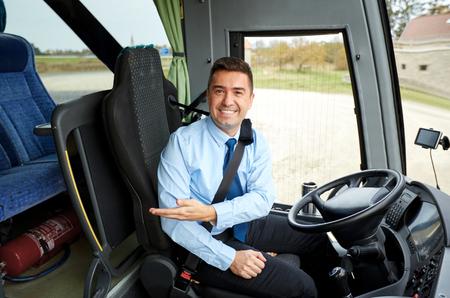 transport: transport, turystyka, podróż drogi, gest i koncepcja ludzie - szczęśliwy kierowca zapraszający na pokładzie autobusu międzymiastowego