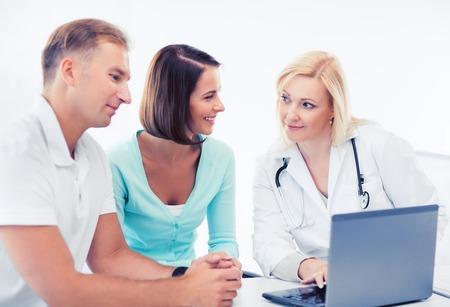 pacientes: la asistencia sanitaria, médica y tecnología - médico con los pacientes mirando portátil
