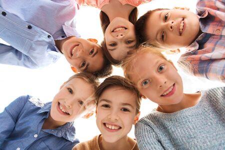 niños sonriendo: la infancia, la moda, la amistad y el concepto de personas - niños felices caras sonrientes