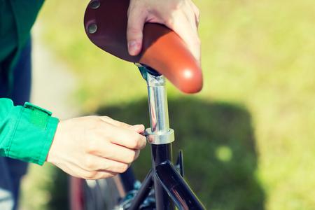 fixed: personas, vehículos, eisure y estilo de vida - el engranaje de cerca de hombre que se ajuste fijos bicicleta silla alta Foto de archivo
