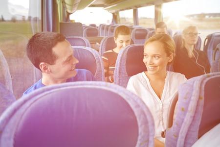 transport, tourisme, voyage sur la route et les gens concept - groupe de passagers heureux ou touristes en bus Voyage Banque d'images