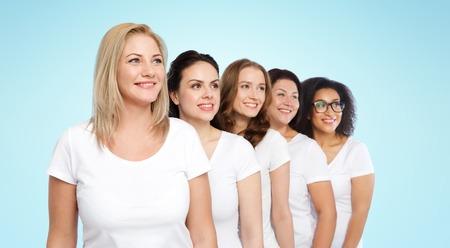 mujeres felices: amistad, diversa, cuerpo concepto positivo y la gente - grupo de mujeres felices diferentes tamaños en las camisetas blancas sobre fondo azul