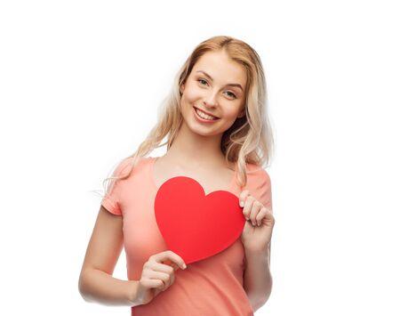 donna innamorata: amore, romanticismo, la carità, San Valentino e la gente concetto - giovane donna o adolescente con a forma di cuore rosso in bianco sorridente