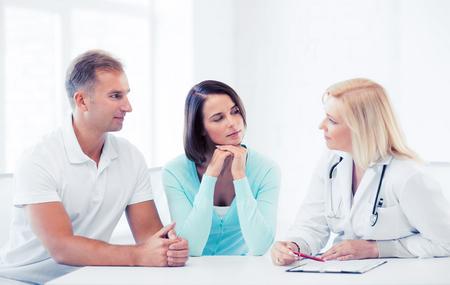 pacientes: cuidado de la salud y el concepto m�dico - m�dico con los pacientes en el gabinete