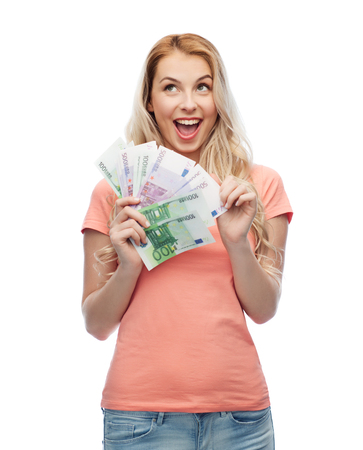 concepto de dinero, finanzas, inversión, ahorro y personas - mujer joven feliz con dinero en efectivo en euros