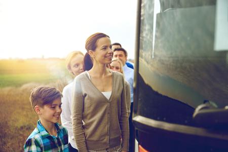 transport, tourisme, voyage sur la route et les gens concept - groupe de passagers heureux embarquement bus Voyage