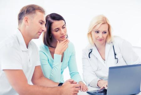 pacientes: la asistencia sanitaria, médica y tecnología concepto - médico con los pacientes mirando portátil