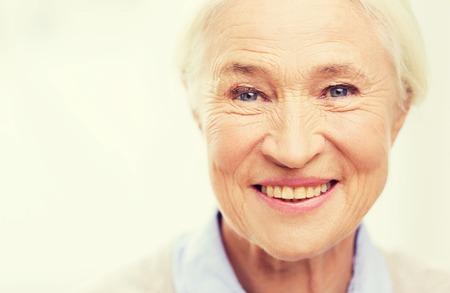 persona mayor: la edad y el concepto de la gente - feliz sonriente cara de la mujer mayor en su casa