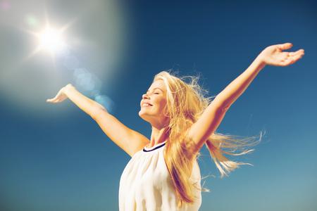 라이프 스타일 개념 - 여름 야외에서 즐기는 아름 다운 행복 한 여자 스톡 콘텐츠