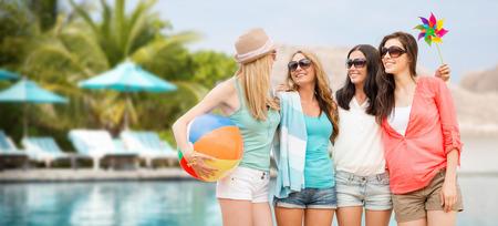 夏の休日、休暇やビーチ活動コンセプト - ビーチで楽しい色合いで女の子を笑顔 写真素材