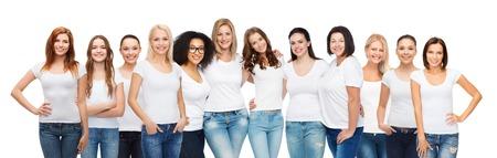 La amistad, la diversidad, el cuerpo positivo y concepto de la gente - grupo de mujeres felices de diferente tamaño edad y origen étnico en blanco camisetas abrazos Foto de archivo - 62560307