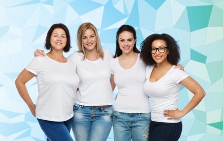 vriendschap, divers, lichaam positief en mensen concept - groep van gelukkige verschillende grootte vrouwen in witte t-shirts knuffelen op blauwe laag poly achtergrond