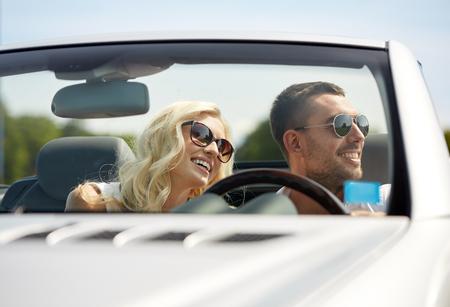 Autoreise, Reise, verabredete, Paar und Menschen Konzept - glücklicher Mann und Frau in Cabrio Auto fahren im Freien Standard-Bild