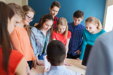 교육, 학교, 학습, 교육 및 사람들이 개념 - 학생 및 교사 교실에서 이야기의 그룹
