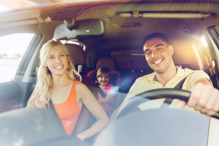 가족, 교통, 안전, 도로 여행과 사람들이 개념 - 작은 아이가 차를 운전하는 행복 남자와 여자