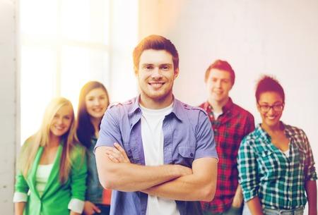 koncepce vzdělávání - Student chlapec s skupinou studentů ve škole