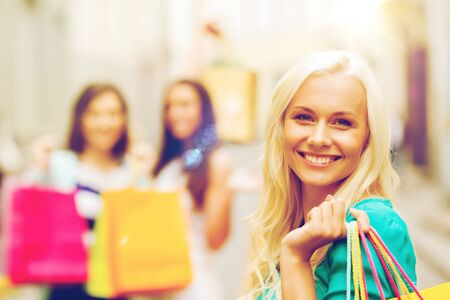 chicas de compras: shopping and tourism concept - beautiful girls with shopping bags in ctiy