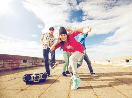 deporte, el baile y el concepto de cultura urbana - grupo de adolescentes bailando