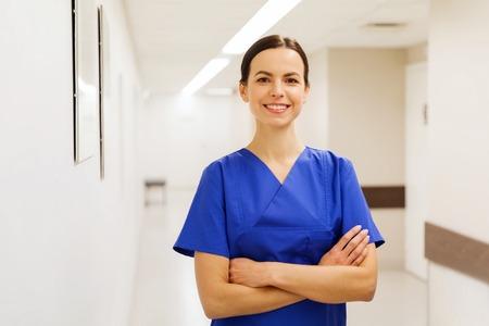 의료, 직업, 사람들 및 의학 개념 - 행복 한 의사 또는 간호사 병원 복도에서