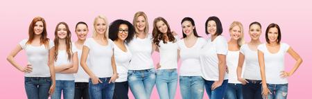友情、多様性、肯定的なボディと人コンセプト - 年齢の異なるサイズと白 t シャツ ピンク背景にハグで民族の幸せな女性のグループ