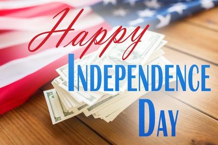 記念日、愛国心、ホリデイ ・ コンセプト - アメリカの旗、ドル現金お金背景に幸せな独立記念日の言葉 写真素材