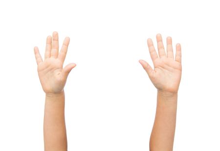 Personas, infancia, gestos y partes del cuerpo concepto - cerca de pequeñas manos del niño levantó Foto de archivo - 62566205