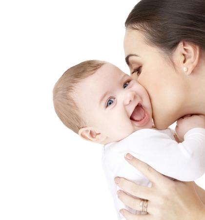 familie, opvoeding en kinderopvang concept - gelukkige moeder kussen schattige baby Stockfoto