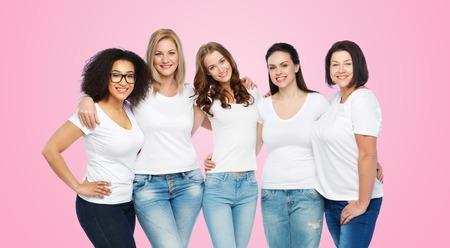 友情、多様な肯定的なボディと人コンセプト - 白い t シャツ ピンク背景に抱いて幸せサイズが異なる女性のグループ 写真素材