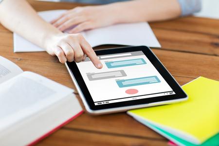 la comunicación por Internet, la educación, la tecnología y el concepto de Internet - cerca de la mujer estudiante con Messenger en la pantalla del ordenador Tablet PC y un cuaderno en el país