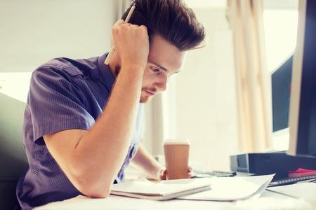pensamiento creativo: negocio, puesta en marcha y la gente concepto - empresario o creativo masculino trabajador de oficina consumo de café y el pensamiento