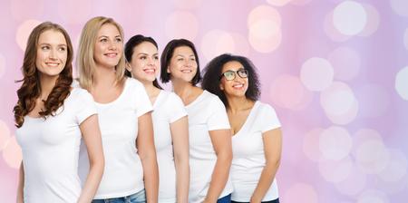 友情、多様な肯定的なボディと人コンセプト - ローズ クオーツと安らぎのライトの背景に白い t シャツで幸せの異なるサイズ女性のグループ
