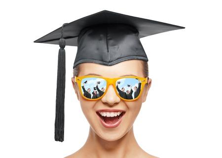 卒業、教育、学校、人々 コンセプト - 幸せな色合いと黒の鏝板または学士帽子ホワイト バック グラウンドで 10 代の少女を叫んで