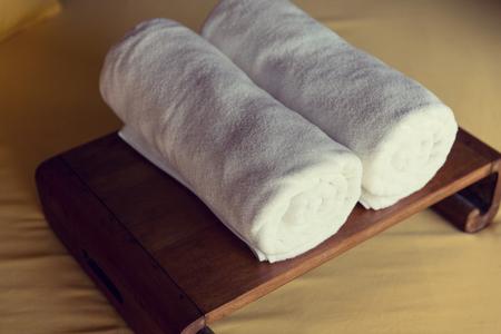 toallas: toallas de baño enrollada en el spa del hotel - lujo y concepto de la higiene Foto de archivo