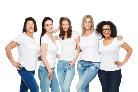 mujeres felices: amistad, diversa, cuerpo concepto positivo y la gente - grupo de mujeres felices diferentes tamaños en blanco camisetas abrazos