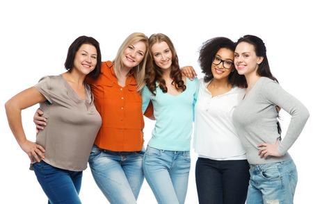 przyjaźń, moda, skrzynia, zróżnicowane i koncepcji osoby - grupa szczęśliwych różnych rozmiarach kobiet w ubranie