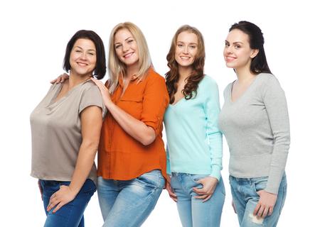 우정, 패션, 신체 긍정적이 고, 다양 한 사람들이 개념 - 행복 한 다른 크기의 여성 캐주얼 옷에 그룹