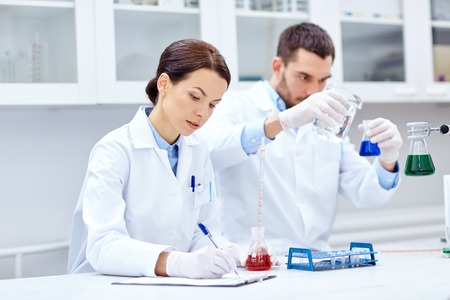 과학, 화학, 생물학, 약국 및 사람들이 개념 - 실험실에서 피펫 및 플라스크 만들기 테스트 또는 연구와 젊은 과학자