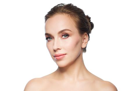 白い背景の上の美しい若い女性の顔の美しさ、人と健康コンセプト