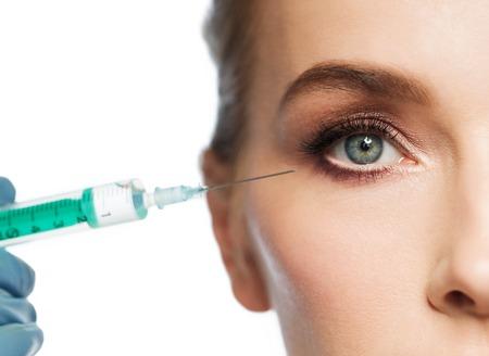 人、美容、整形手術、美容コンセプト - 美しい若い女性の顔と注射器注入をかけて白い背景と手袋で手の美容師