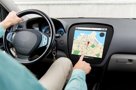 トランスポート、宛先、ナビゲーション、現代技術および人々 コンセプト - ボード上のコンピューターの画面の gps ナビゲーター地図と車を運転す 写真素材