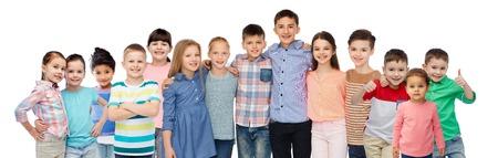 jeugd, mode, de vriendschap en de mensen concept - groep van gelukkige lachende kinderen knuffelen