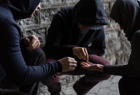 abuso di sostanze, la dipendenza e la gente concept - stretta di tossicodipendenti uso di droga all'aperto